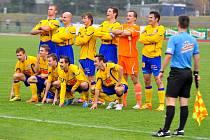 VÍTĚZNÁ ROZLUČKA. FK Varnsdorf (ve žlutém) porazil 3:1 Sokolov a přezimuje na čtvrtém místě druholigové tabulky.