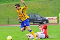 NAPOSLEDY REMIZOVALI. Na snímku v utkání proti Žižkovu varnsdorfský Marek Volf (ve žlutém).
