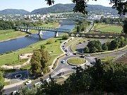 Nová lávka pro pěší a cyklisty má vést podél železničního mostu.