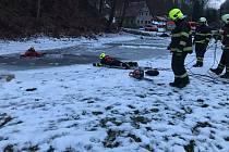 Hasiči v Benešově nad Ploučnicí cvičili záchranu lidí z ledové vody.