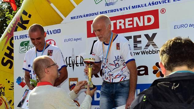 TOMÁŠ FÚSEK přebírá od Zbyňka Linharta pohár za 1. místo.