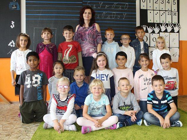 Žáci 1.B ze ZŠ Březová vDěčíně spaní učitelkou Janou Bašistovou.