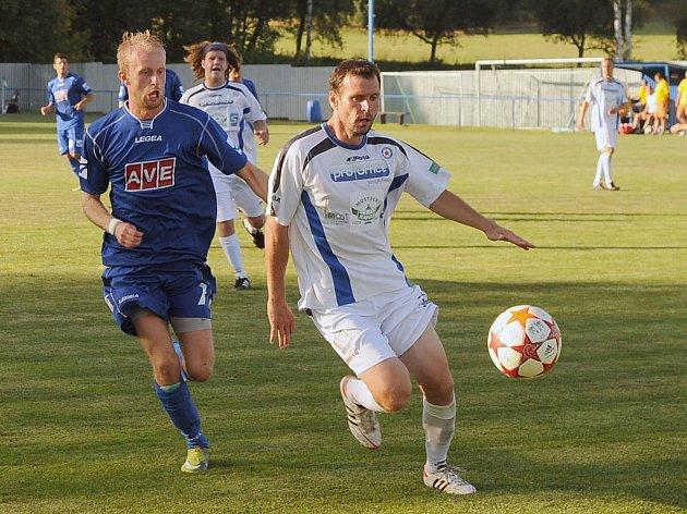 KONEČNĚ. Vilémov porazil Lovosice 1:0 a dočkal se první výhry. Na archivním snímku vilémovský Jirka Kopřiva (v modrém).