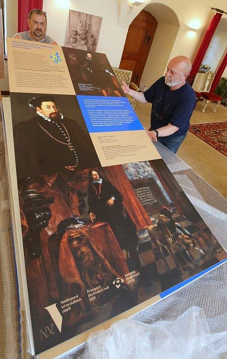 Kastelán zámku Zdeněk Henig připravuje panely k chystané výstavě o rodu Valdštejnů, který poputuje do Pražského senátu.