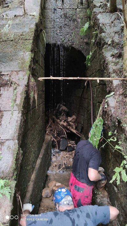 Báňští záchranáři z Mostu pomáhali po povodních v Dolním Žlebu.
