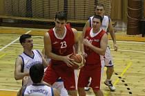 DERBY. Basketbalisté Varnsdorfu (v bílém) doma porazili Děčín.