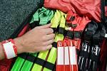 SPECIÁLNÍ BRAŠNU si hasič pověsí na rameno a může pracovat.
