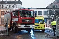 Do areálu firmy dorazili hasiči i záchranáři.