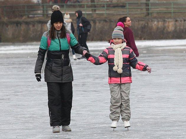 Desítky bruslařů využíva poslední zbytky zimy a bruslí na rebníku pod Děčínským zámkem.