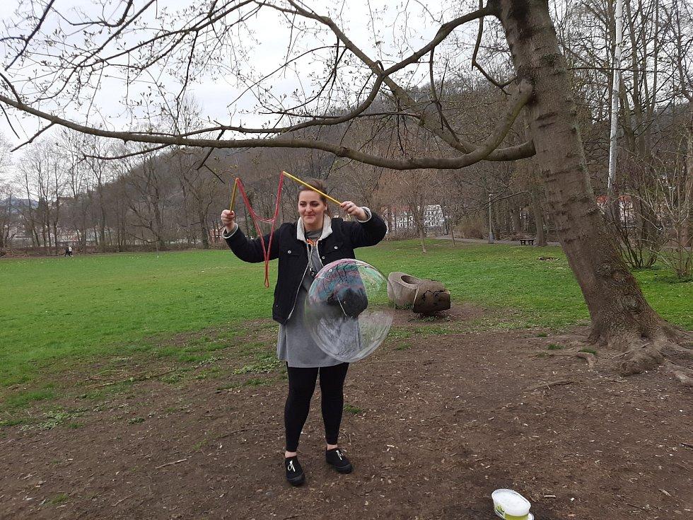Anička s Markem dělali v děčínském parku bubliny
