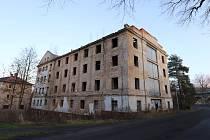 Bývalou ubytovnu hotelu Panorama Varnsdorf plánuje zbourat.