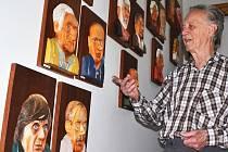Vladimír Cejnar ukazuje své výtvory.