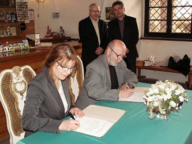 Smlouvu o otevření infocentra  podepsala starostka Benešova nad Ploučnicí Dagmar Tesarčíková.