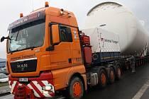 Převoz tří obřích tisícikubíkových zásobníků zablokoval několikrát dopravu v Děčíně.