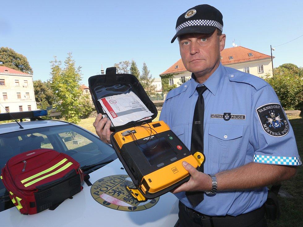 Ředitel varnsdorfských strážníků Martin Špička ukazuje defibrilátor, který mají strážníci přímo v autě.