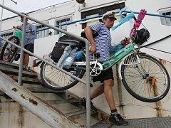 Místo na lodi z PET lahví  pokračují dál na kolech.
