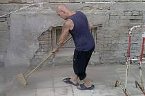 Romští dobrovolníci pomáhají