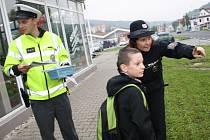 Policie tento týden na Děčínsku učila přecházet školáky.
