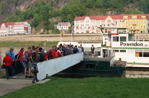 Dostatek vody, nasmlouvané skupiny turistů a téměř každý den odjezd z děčínského podzámčí. Tak zatím vypadá provoz osobní lodi Poseidon, jež vozí turisty z Děčína do Hřenska, případně do Bad Schandau.