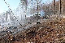Lesní požár nedaleko Lesné u Děčína likvidoval i vrtulník.