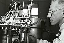 Otto Wichterle v laboratoři.