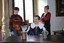 VÍTÁNÍ. V kostýmech loni vítali turisty na zámku v Benešově nad Ploučnicí.