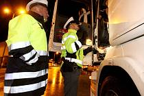 KONTROLY. Do kontroly kamionů se zapojil i šéf krajské dopravní policie Jiří Ušák.