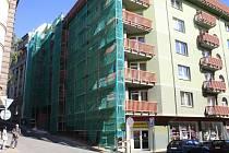 Město Děčín opravuje rozpadlý dům.