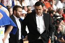 KONEC BRONZOVÉ SEZONY. Trenér děčínských basketbalistů Pavel Budínský (vpravo) tým přes Nymburk do finále NBL nedostal, přesto muže být spokojen. Po dvou letech získal s Děčínem medaile.