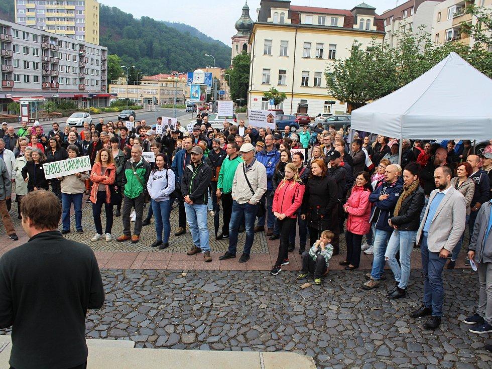 Demonstranty proti Andreji Babišovi přijel do Děčína podpořit Michael Kocáb.