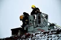 Ve Staré Olešce šlehaly plameny z komína. Na střechu nepřeskočily díky hasičům