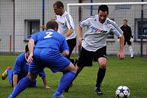 ZKLAMALI. Fotbalisté Šluknova (modré dresy) doma podlehli 0:1 Velkému Březnu.
