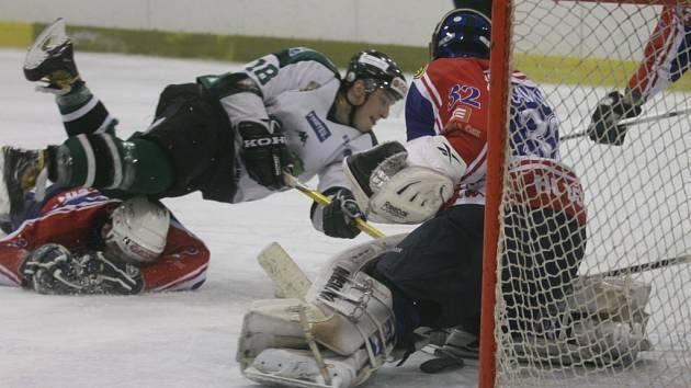 PARÁDA. Děčínští hokejsté (v modrém) vyhráli 8:3 v Bílině.