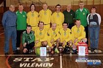 VILÉMOV SE DOČKAL. Domácí stará garda (ve žlutém) vyhrála po patnácti letech.