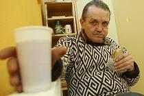 Děčínský bezdomovec se přišel do Jonáše včera ohřát. Dostal svačinu i horký čaj. Díky státu by mohl o tuto možnost přijít.