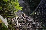 Přímo ve Hřensku spadl několikakubíkový kámen, zadržel jej bezpečnostní plot.