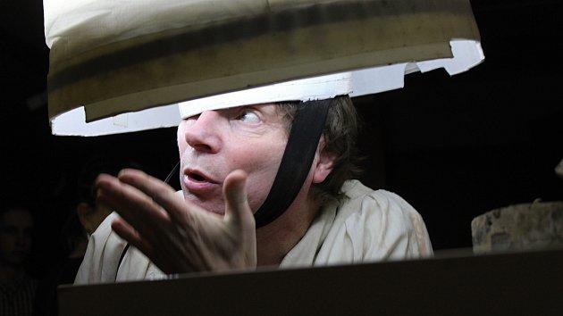 Petr Nikl zahájil v děčínském divadle svou výstavu performancí.