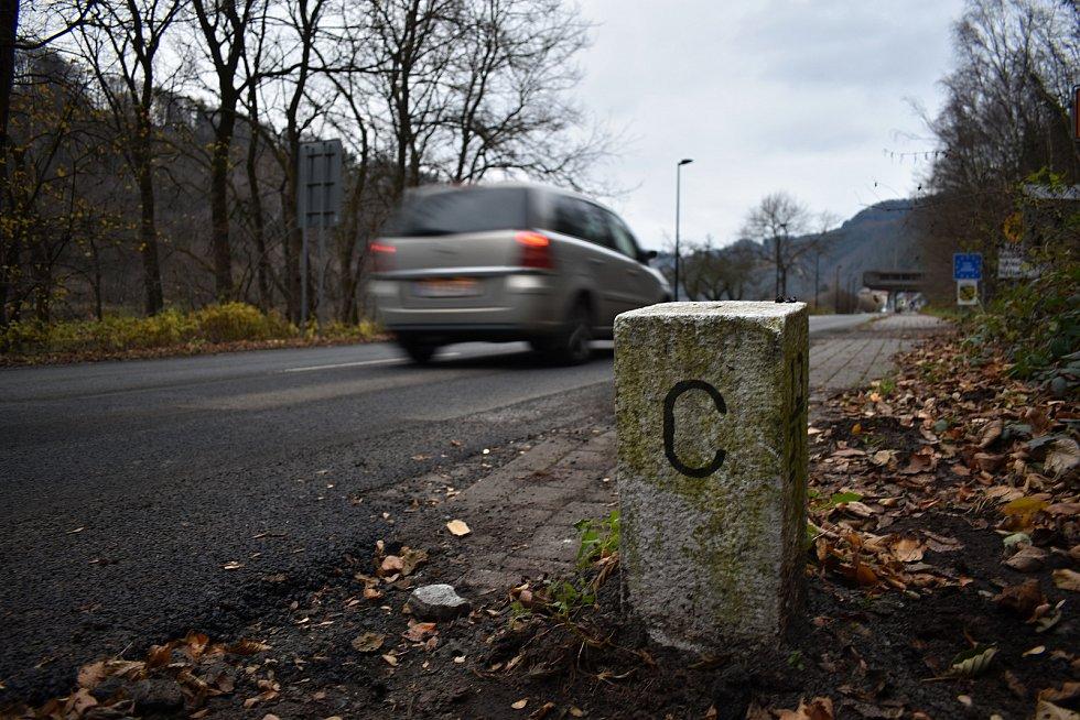 Přijíždějící do Německa varuje před karanténou velká cedule.