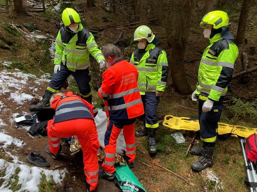 U Bělských vodopádů na Děčínsku se v sobotu odpoledne zranila žena.