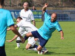 DEBAKL. Jílovští fotbalisté (v modrém) prohráli v Bílině 0:7.