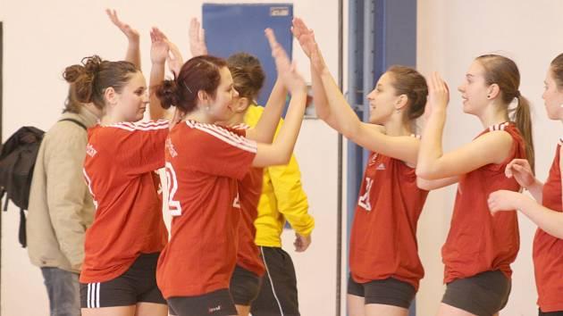 ZASE VÁLÍ. Děčínské volejbalové juniorky opět chytily formu. Hladce vyhrály jak v Žatci, tak doma nad VK Šanov/ Teplice. V tabulce první ligy jim patří třetí příčka.