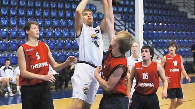 Děčínský Michal Řehák při střelbě do karlovarského koše při utkání juniorů U18.