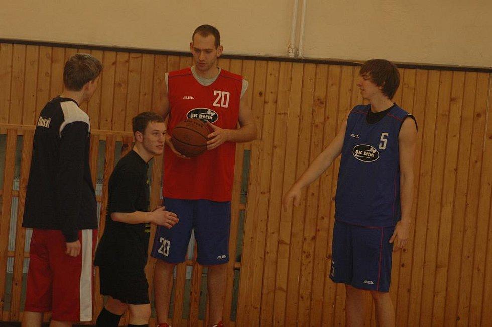 BASKETBALISTÉ V AKCI. Čtyři hráči BK Děčín navštívili střední školu.
