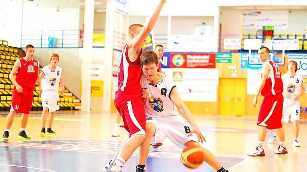 MOMENTKA z posledního utkání juniorů U18 v sezóně 2010/2011 zachycuje Adama Sudu, nejlepšího střelce děčínského týmu.