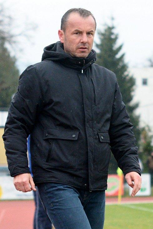 KONEČNĚ ZABRALI! Fotbalisté Varnsdorfu (ve žlutém) rozdrtili Sokolov 5:0.