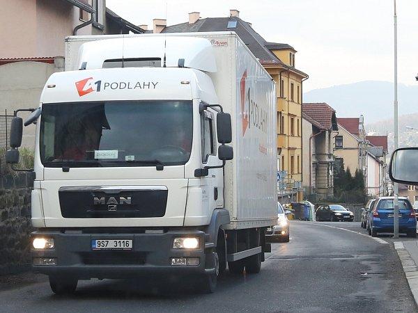 Tudy se některá nákladní auta nedostanou, je příliš nízký.