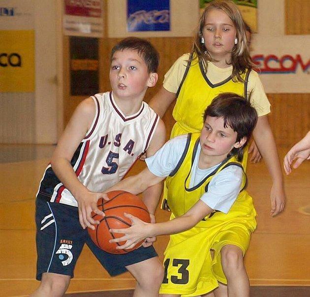 O míč bojuje srdnatě Romana Machková.