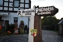 Hranice Půlnočního království a země krále Miroslava je u Huntířova. V Doubici pak mají hraniční kámen ze slavné pohádky.