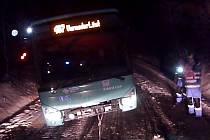 Hasiči v sobotu večer vyprostili autobus zapadlý u Vlčí Hory.