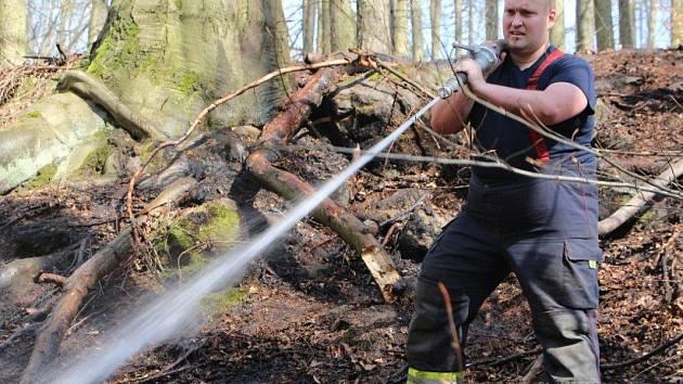 Na kopci Jehla nad Českou Kamenicí ve čtvrtek 4. dubna hořelo